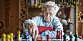 Seniorin im Altersheim